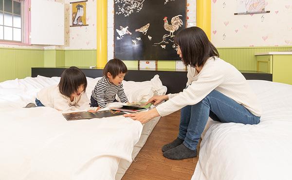 ��ズのローベットのお部屋は、お子様が落ちる心配もなく安心です。 家族みんなでゆったりお寛ぎいただけます。